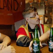 fußballfans trinken heineken