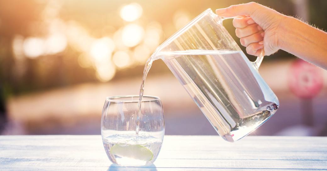 wasser aus dem krug ins glas gießen