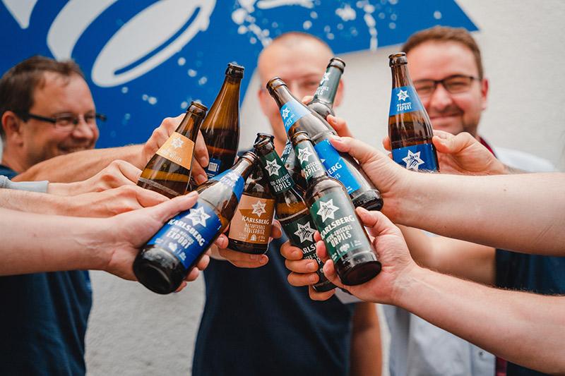 anstoßen mit karlsberg bier