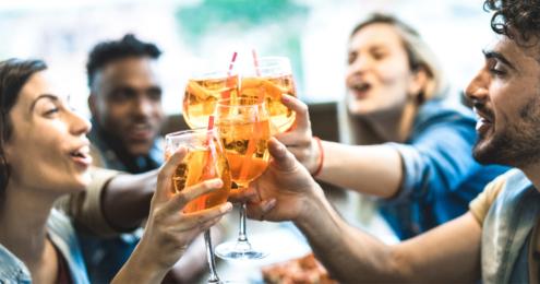 freude stoßen mit einem cocktail an